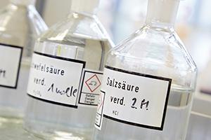 Behältnisse für Chemikalien im Labor am Campus Landau.