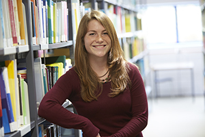 Studentin in der Bibliothek am Campus Landau