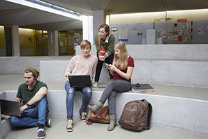 Studierende im Atrium des Campus Landau