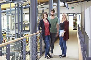 Studierende in der Bibliothek am Campus Landau