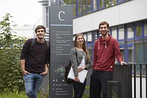 Studierende vor Gebäude C