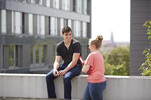 Studierende vor Gebäude K