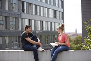 Studierende vor Gebäude K (2)
