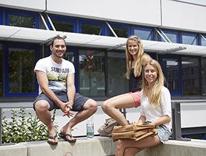 Studierende vor Gebäude Campus Landau