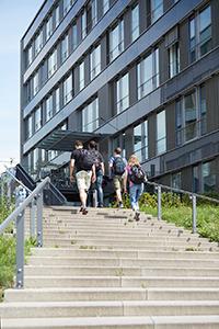 Studierende steigen die Treppen zwischen dem I und K Gebäude am Campus Landau nach oben.
