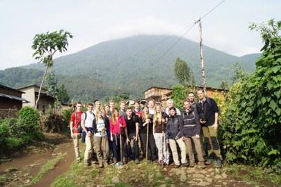 Gruppe vor dem Vulkan Bisoke