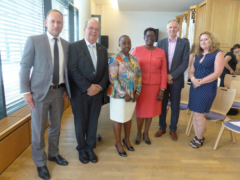 From left to right: Mirko Saunders, Prof. Dr. Wilfried Echterhoff, Assoc. Prof. Dr. Josephine N. Arasa, Vice Chancellor Amb. Prof. Dr. Ruthie Rono, Vice President Prof. Dr. Harald von Korflesch, Dean Prof. Dr. Claudia Quaiser-Pohl. Photo: Nina Hillmann