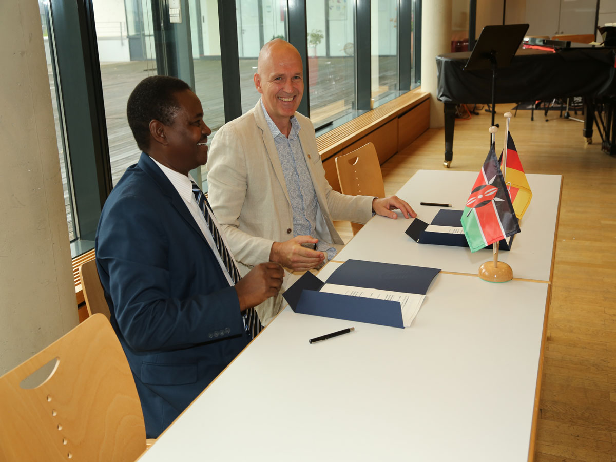 Dean Prof. Dr. Ephraime W. Wahome and Vice President Prof. Dr. Harald von Korflesch after signing the agreement.
